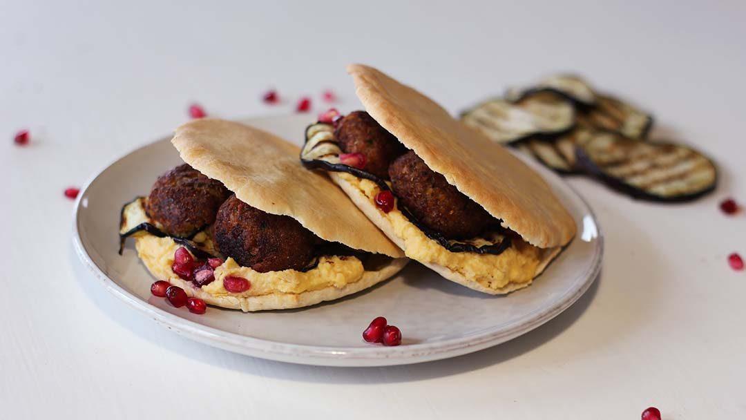 Pitabroodje met zelfgemaakte hummus en falafel