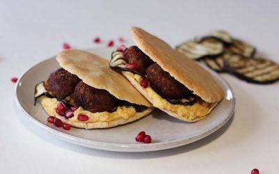 Pita broodje met hummus en falafel