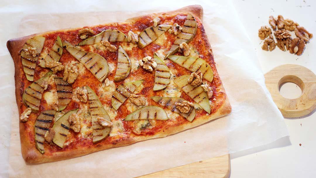 Plaatpizza met gegrilde peer en gorgonzola