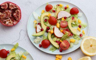 Zomerse salade met gerookte kip en mango