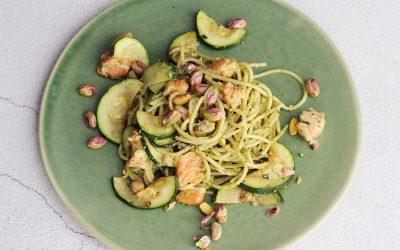Spaghetti met pistachenoten-pesto en zalm