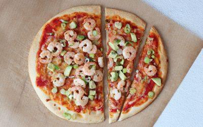 Pizza met garnalen en avocado