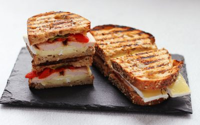Quick kip-brie tosti