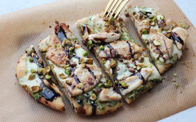 Naanbroodpizza pesto, kip en mozzarella