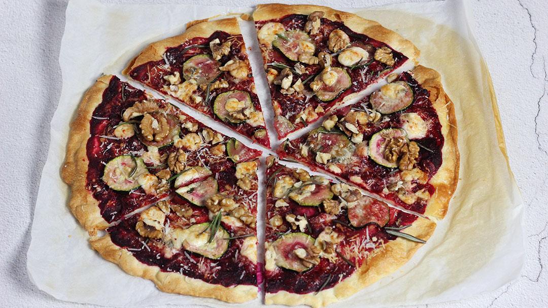 Rode pizza met blauwe kaas