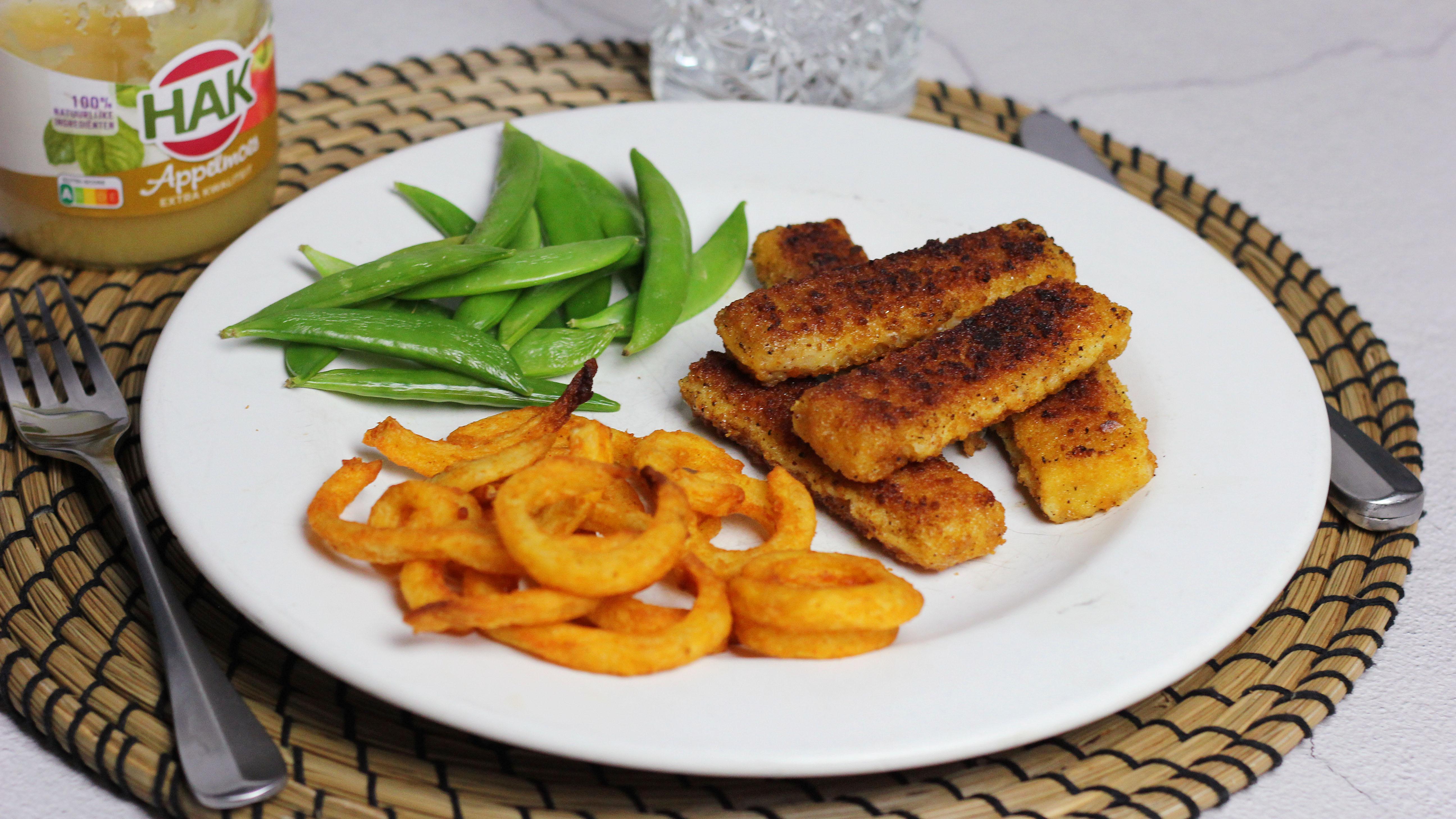 1. Vissticks met friet en appelmoes