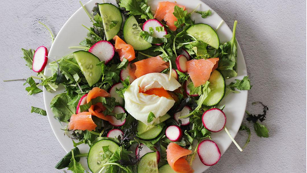 4. Zalm salade met gepocheerd ei