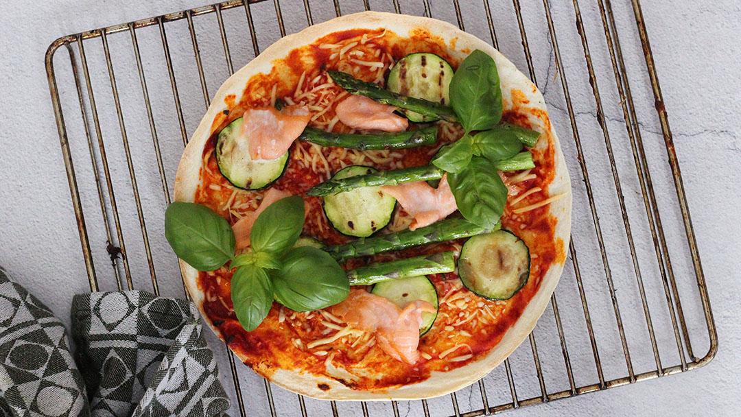 Wrap pizza met zalm en groene asperges