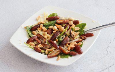Groene salade met dadels en noten