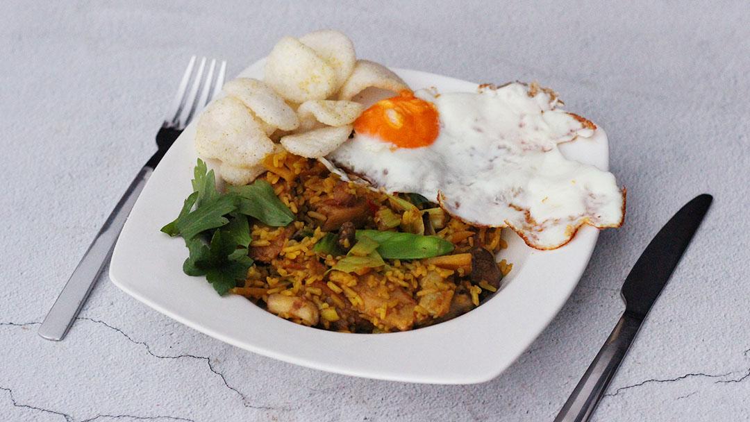 Nasi met vegetarische kipstukjes en ei