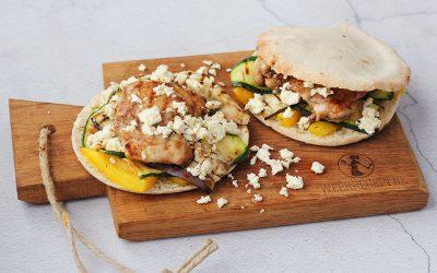 Pita broodje met kip, gegrilde groenten en feta