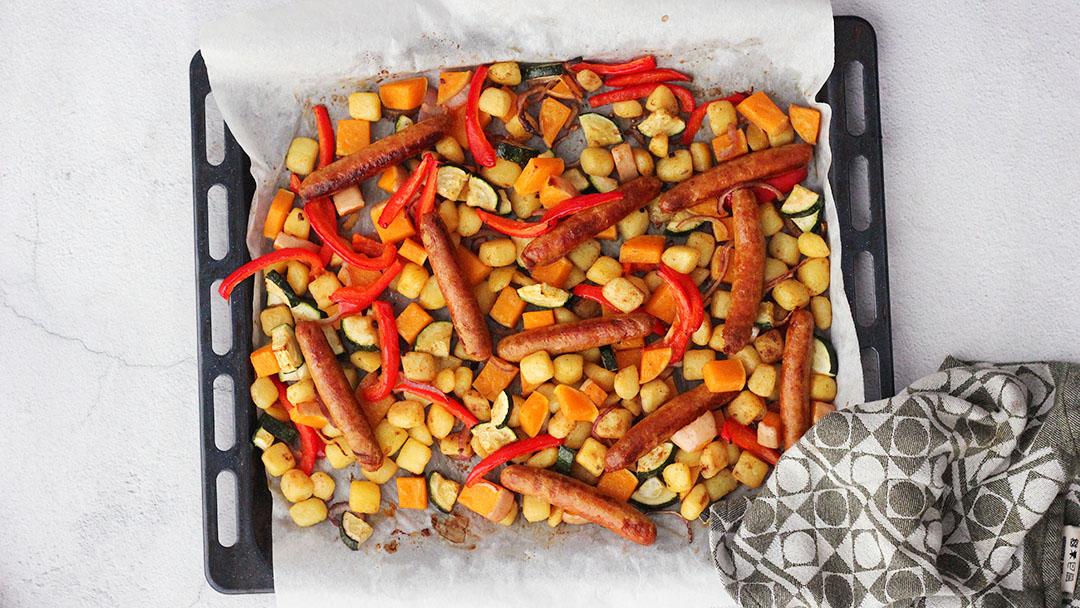 Groenten en worstjes uit de oven