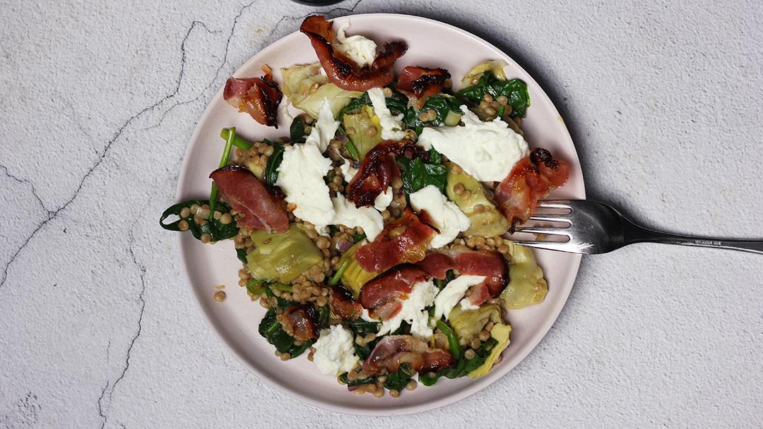 Parelcouscous met mozarella, pancetta en artisjok