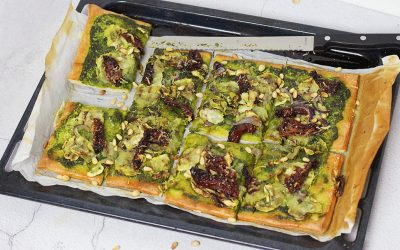 Vegan plaatpizza met pesto en courgette