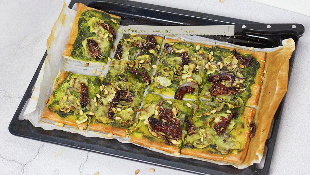 Vegan plaatpizza met pesto en courgette